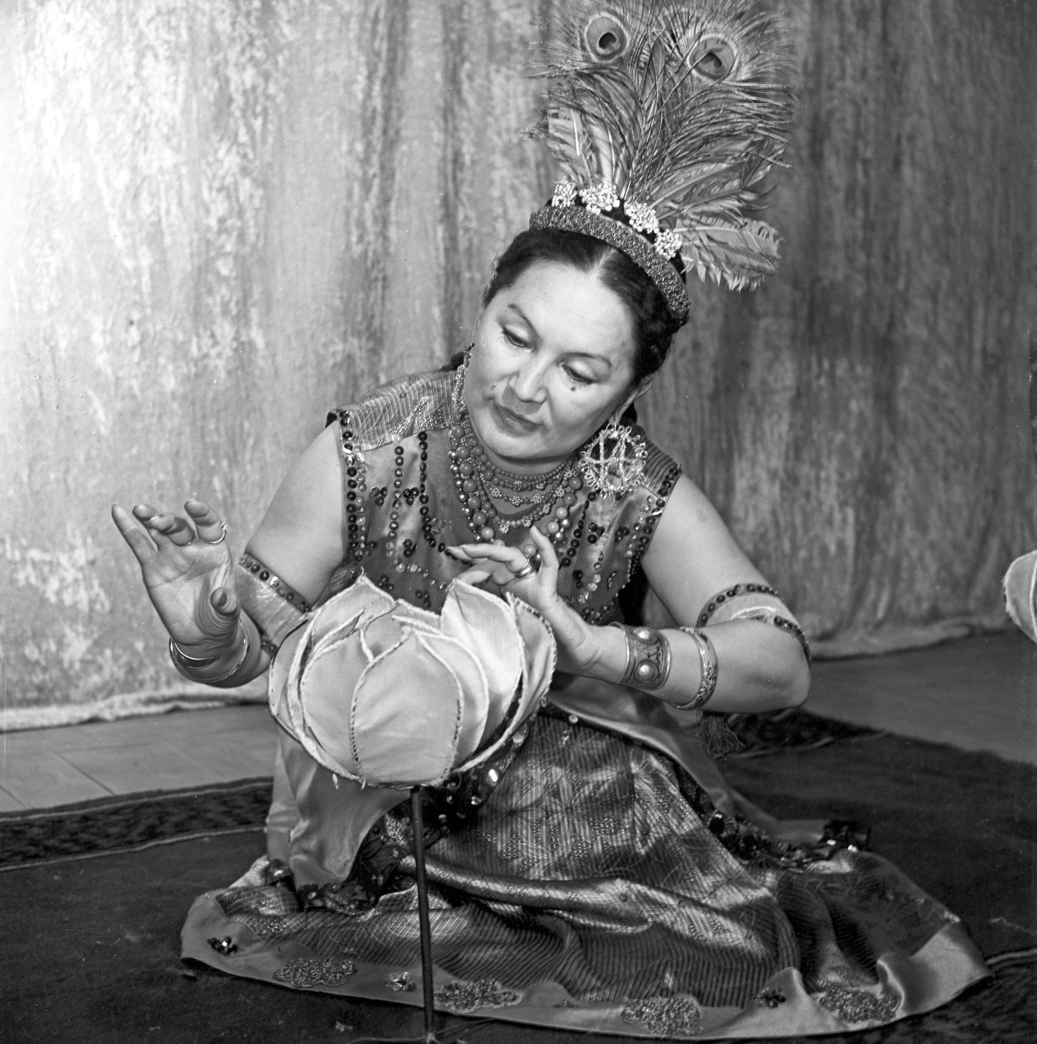Индонезийский танец в исполнении народной артистки Казахской ССР Шары Жиенкуловой