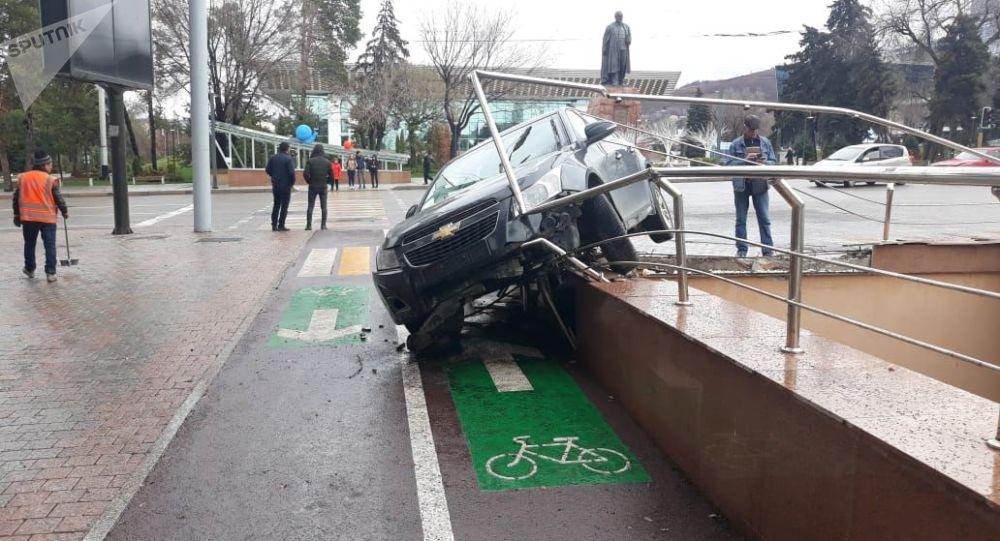 Chevrolet Cruze едва не упал в пешеходных подземный переход