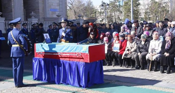 В Алматинской области в последний путь проводили Айдына Абдильдинова и Мираса Жуматаева, погибших при крушении вертолета