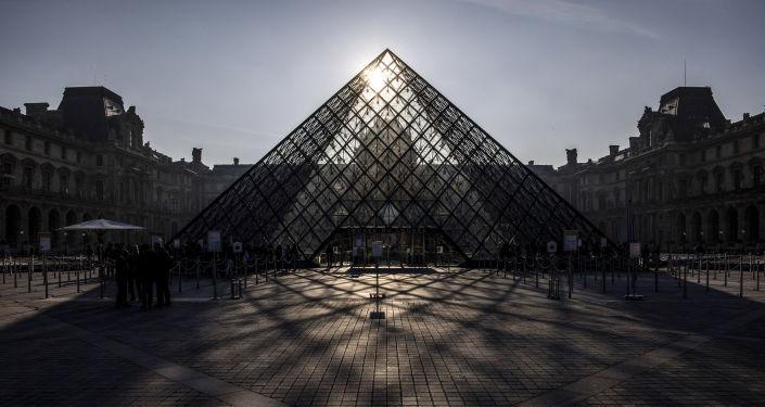 Стеклянная пирамида Лувра