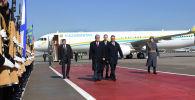 Президент Казахстана Касым-Жомарт Токаев идет по красному асфальту