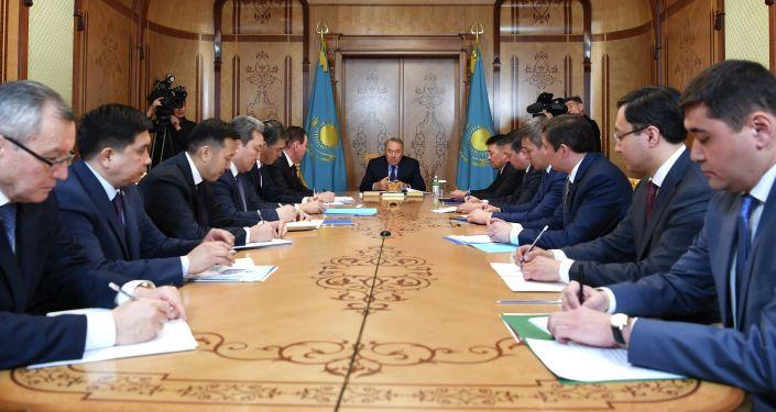 Нурсултан Назарбаев провел первое совещание