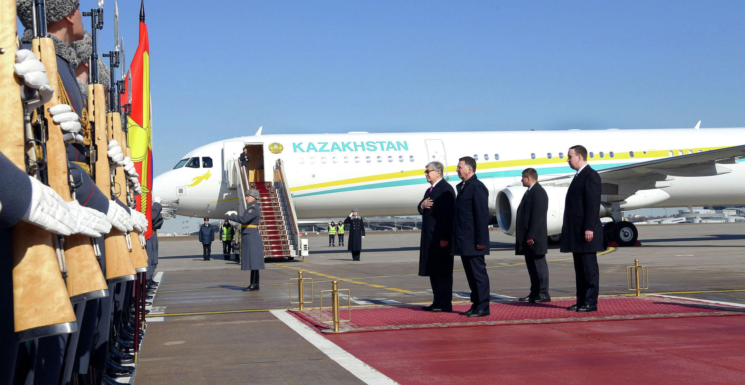 Президент Казахстана Касым-Жомарт Токаев (слева), прибывший с официальным визитом в Россию, и заместитель министра иностранных дел России Александр Панкин