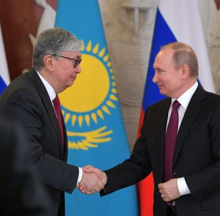 Президент РФ Владимир Путин и президент Казахстана Касым-Жомарт Токаев (слева)