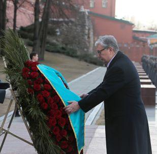 Президент Казахстана Касым-Жомарт Токаев на церемонии возложения венка к Могиле Неизвестного Солдата