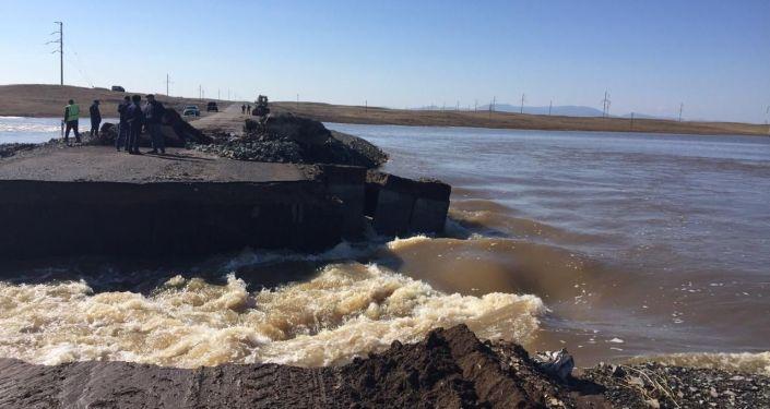 Паводок размыл трассу в Павлодарской области