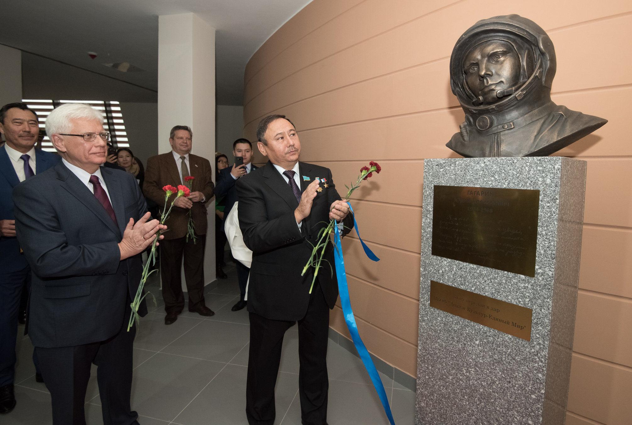 Бюст первого космонавта Юрия Гагарина установили в Астане