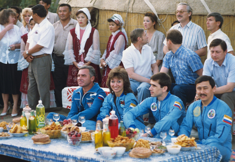 Экипаж космического корабля Союз ТМ-19 и провожающие их в полет на проводах по древнему казахскому обычаю