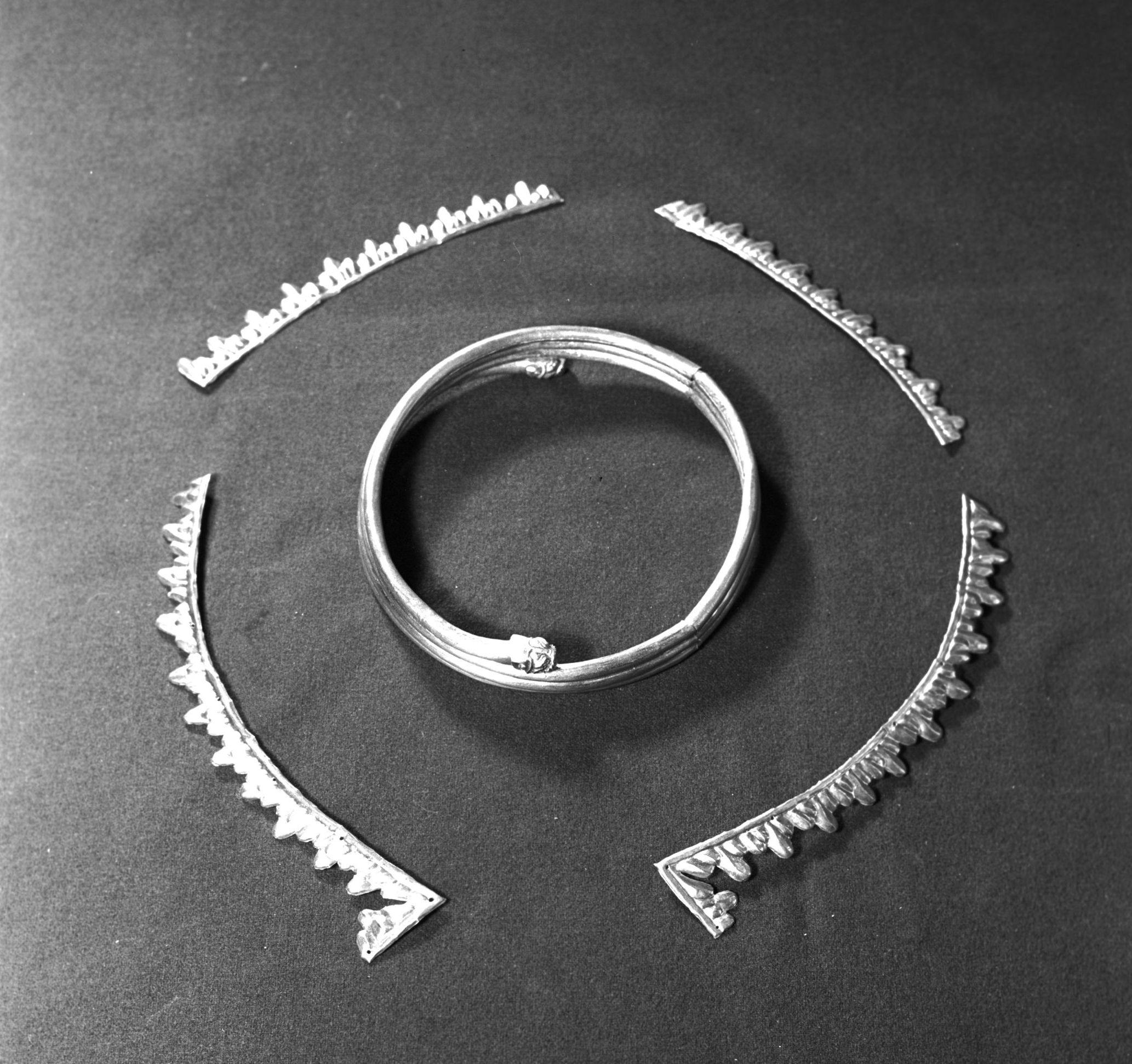 Золотая гривна - ожерелье, и золотые фигурные пластины - украшение головного убора