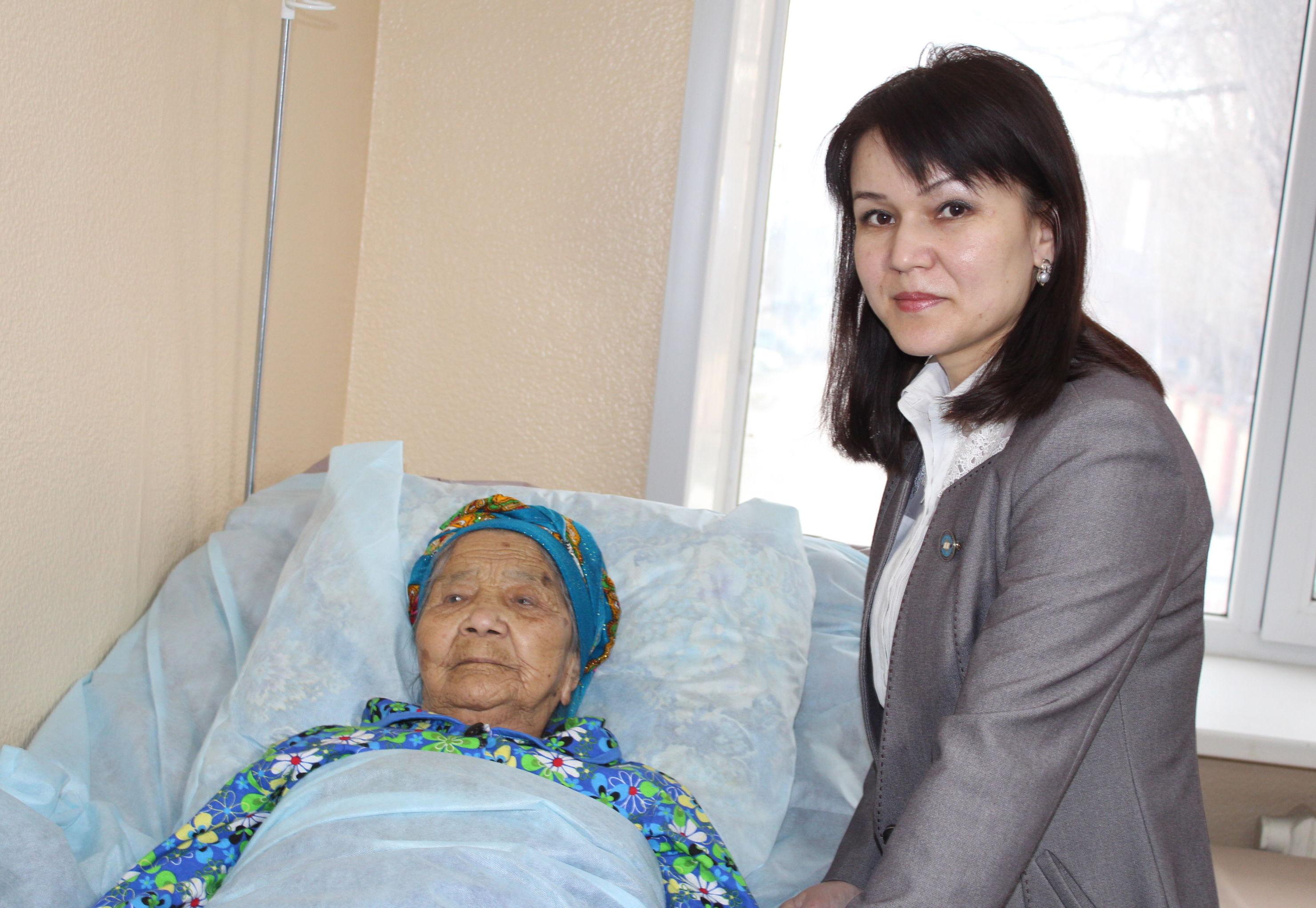 Нурила Байтасова с внучкой Дидар