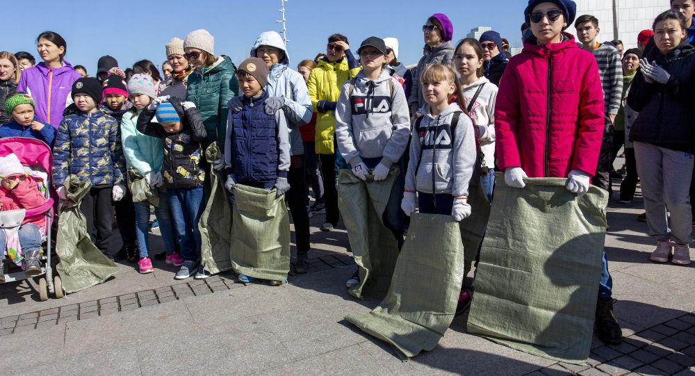 В столице впервые провели плоггинг: горожане бегали и убирали мусор