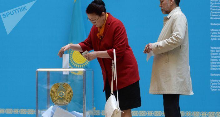 Люди на избирательном участке во время выборов, архивное фото