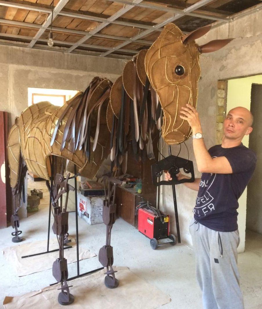 Николай Проскурин демонстрирует свое творение