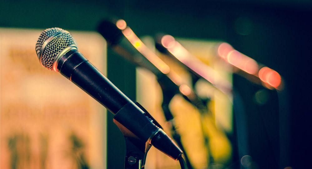 Микрофон, сцена, иллюстративное фото