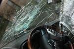 Треснутое лобовое стекло автомобиля, архивное фото