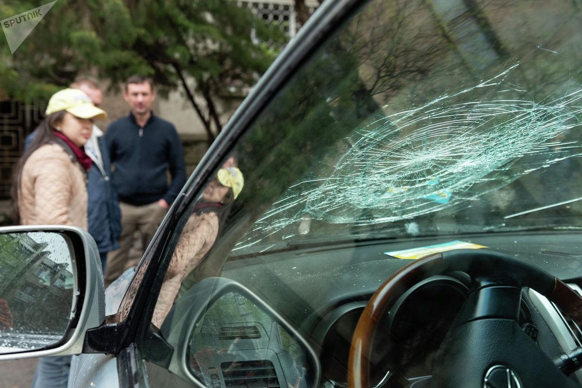 Фонтан камней и щебня разбил лобовое стекло автомобиля марки Lexus, принадлежавшего Адель Адиловой