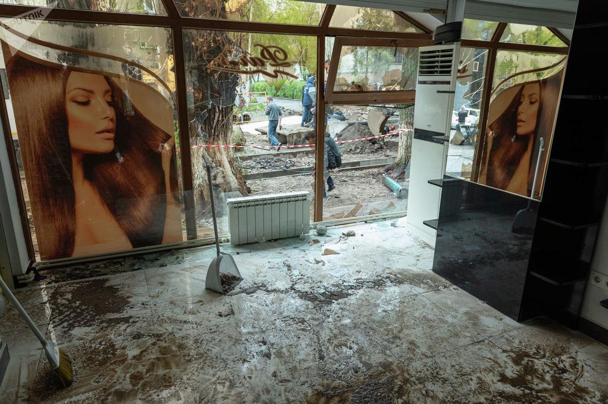 В результате прорыва теплотрассы пострадал расположенный в доме № 75 салон красоты
