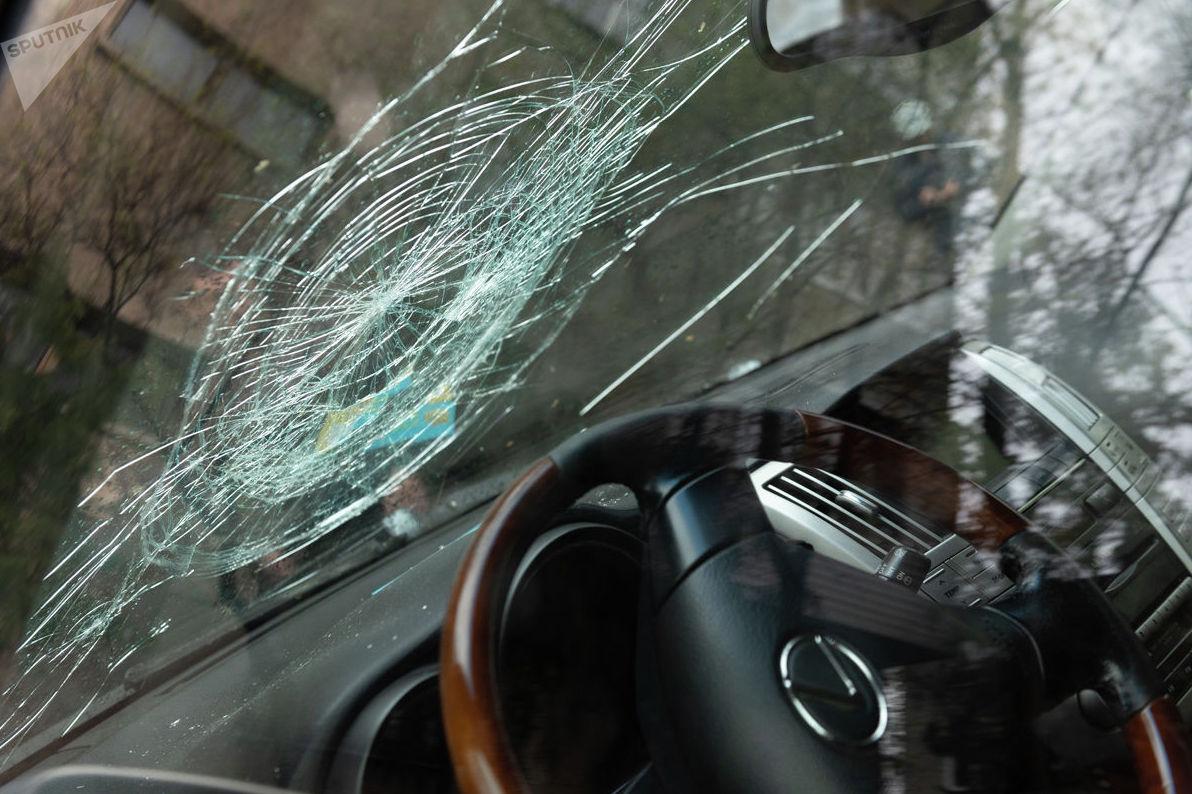 В ходе прорыва трубы пострадали автомобили