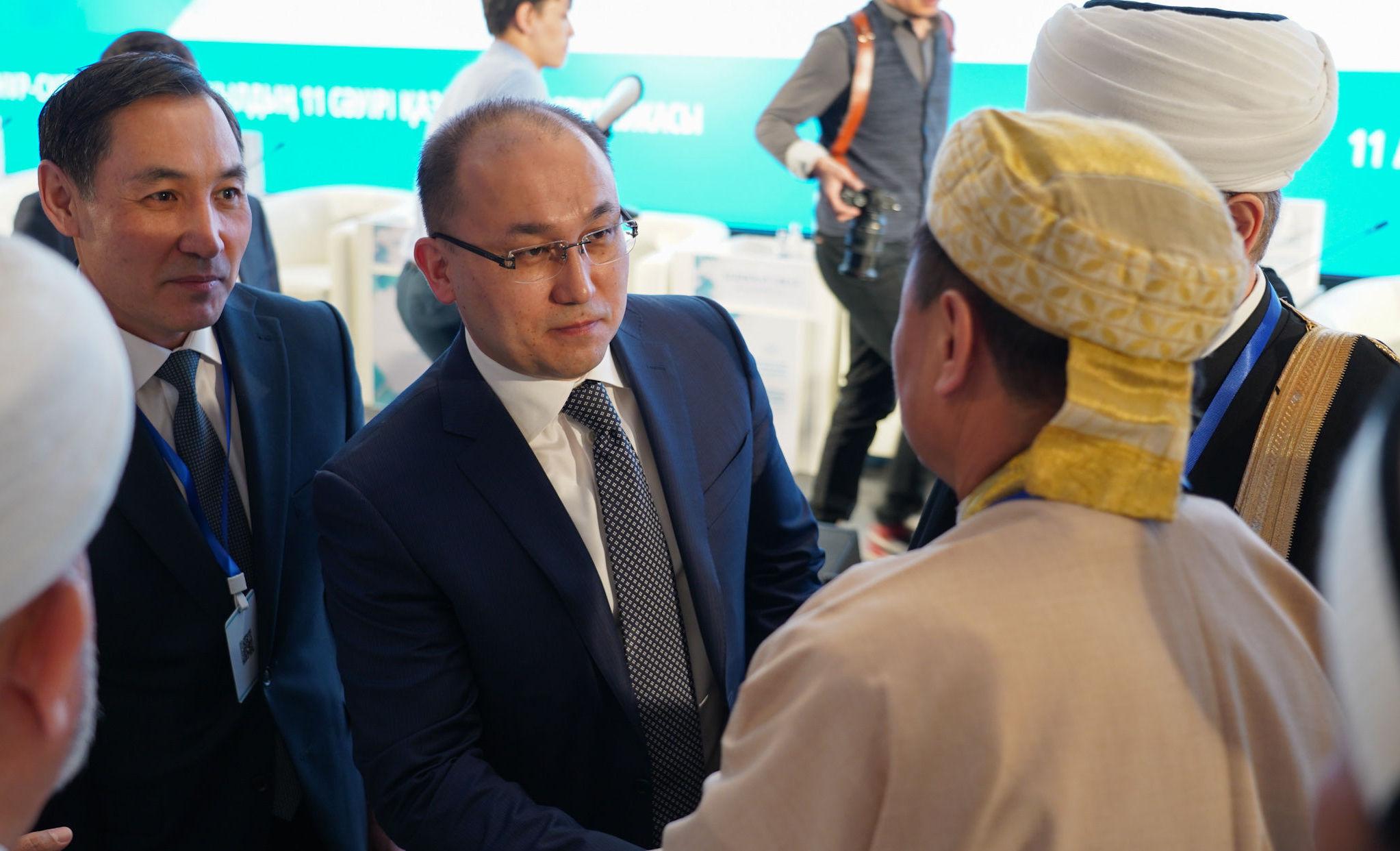 Министр информации и общественного развития Казахстана Даурен Абаев (в центре)