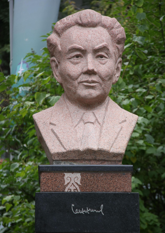 Памятник Канышу Сатпаеву на Аллее геологов, расположенной на территории Томского политехнического университета