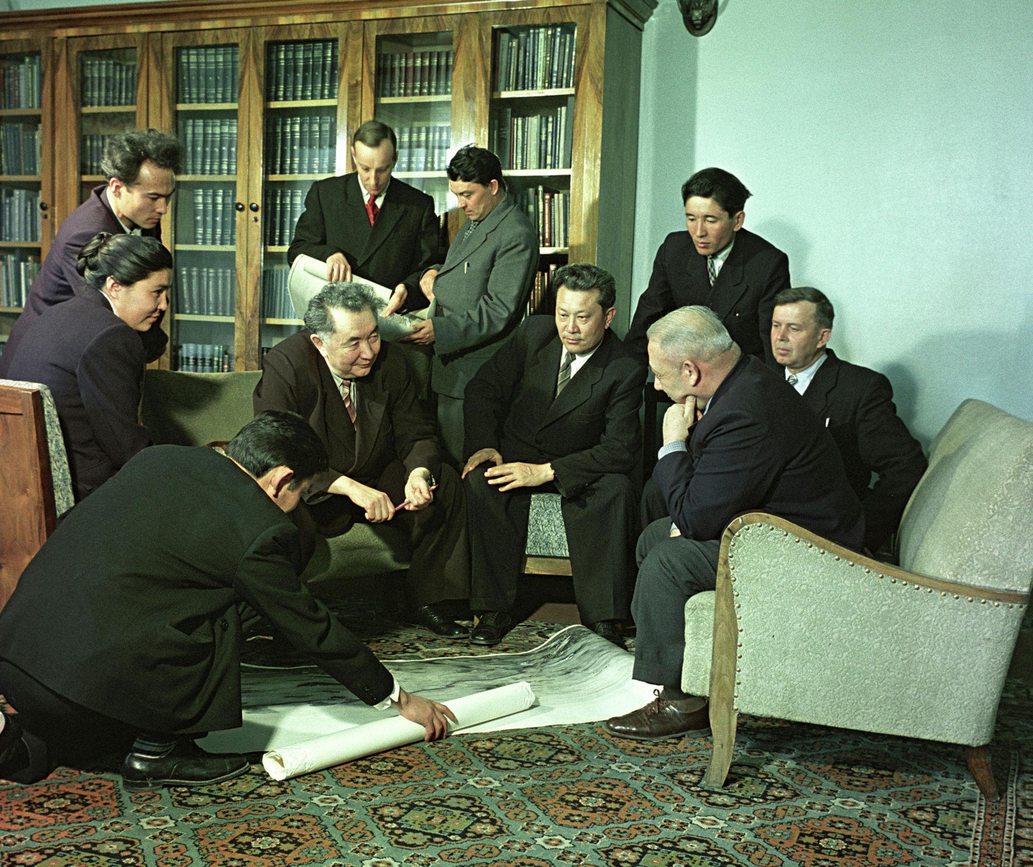 Институт геологических наук Академии Наук Казахской ССР. Академик Каныш Сатпаев с группой сотрудников, архивное фото, 1960 год