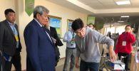 11-сынып оқушысы Әлихан Тәліпбаев өзінің жобасын таныстыру үстінде
