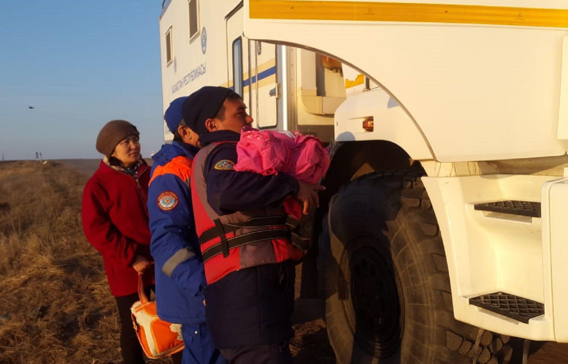 Заболевшую двухмесячную девочку вывезли из отрезанного водой села