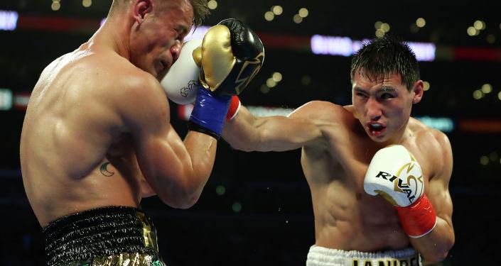 Казахстанский боксер Жанибек Алимханулы во время боя с мексиканцем Кристианом Оливасом