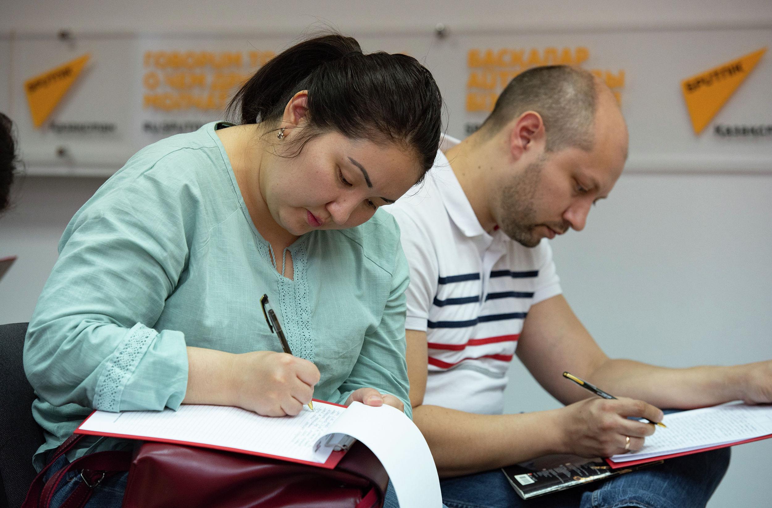 Участники Тотального диктанта в пресс-центре Sputnik Казахстан