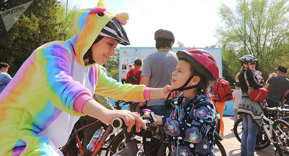 Участники велопарада, архивное фото