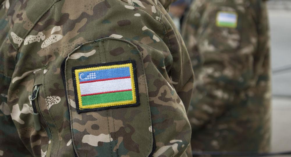 Флаг Узбекистана на форме военного, архивное фото