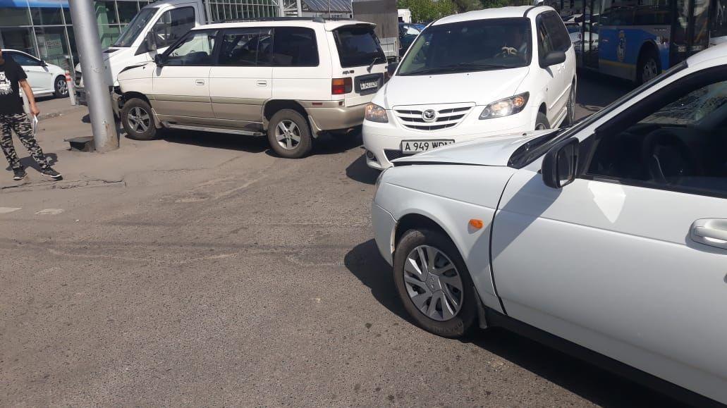 На пересечении проспекта Суюнбая и улицы Баянаульской столкнулись автомашины марки Lada и Mazda