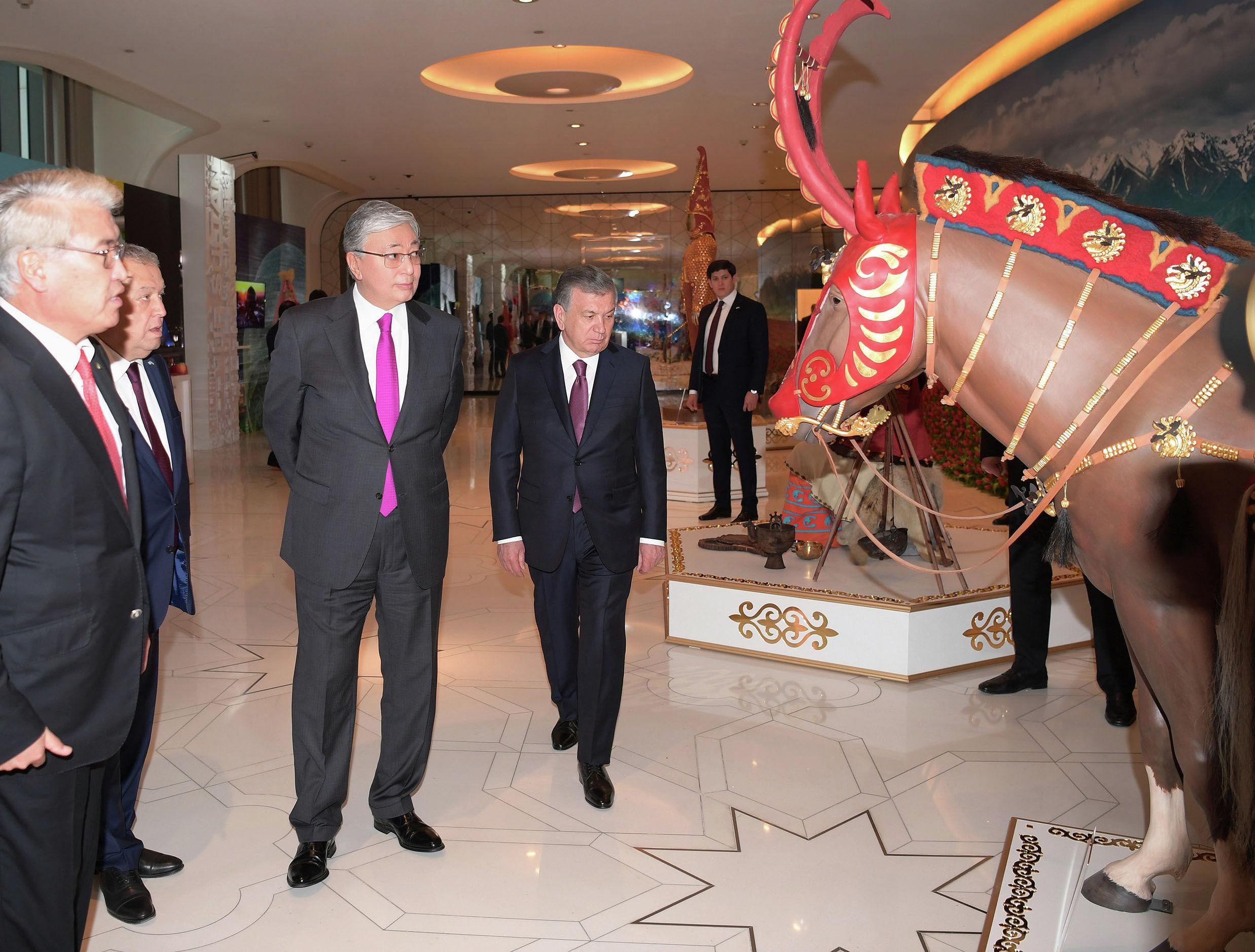 Президент Казахстана Касым-Жомарт Токаев и президент Узбекистана Шавкат Мирзиёев посетили выставку Наследие Великой Степи, на которой представлены шедевры древнего искусства Казахстана