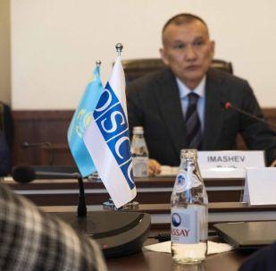 Председатель Центральной избирательной комиссии РК Берик Имашев во время встречи с представителями Миссии БДИПЧ/ОБСЕ