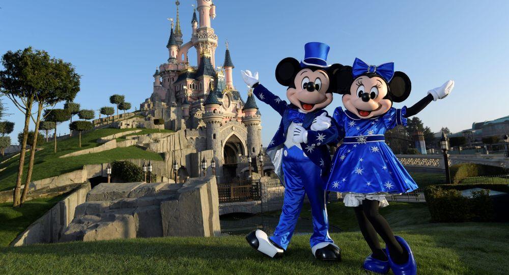 Мики и Мини Маусы возле замка Диснея