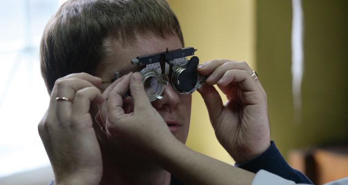 Мужчина во время медицинского осмотра, архивное фото