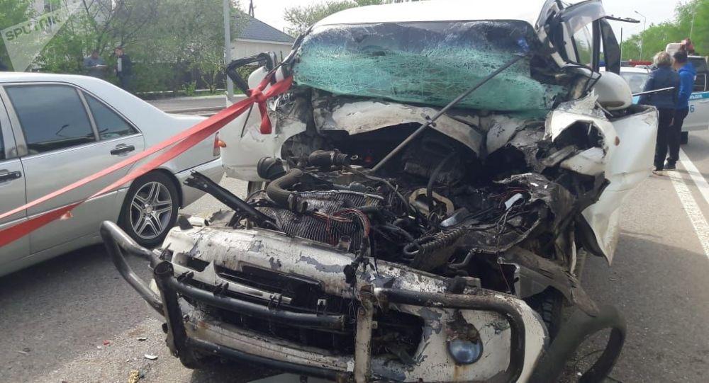 Водитель Mitsubishi Delica врезался в КамАЗ и погиб до приезда медиков