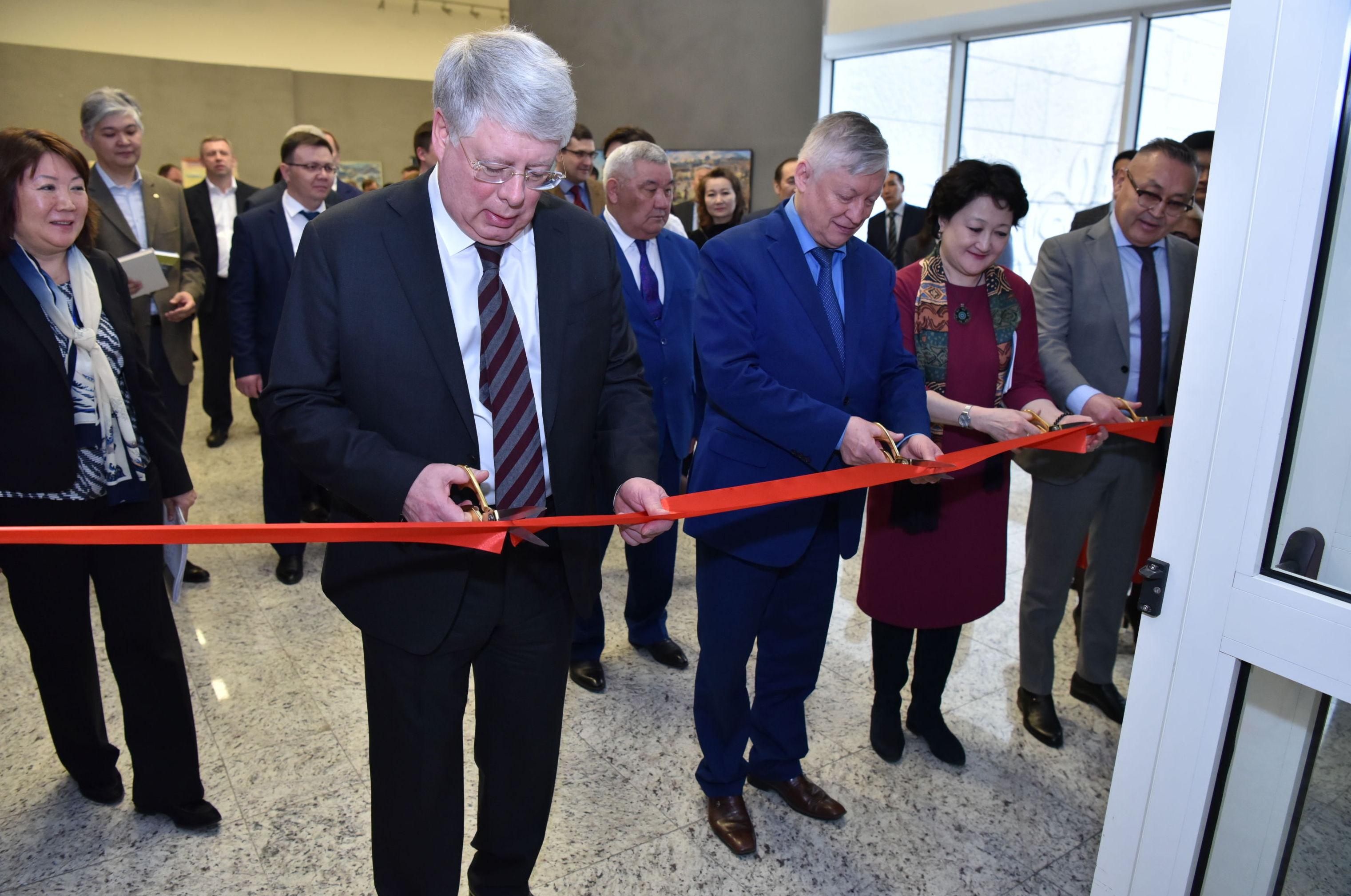 Посол России в Казахстане Алексей Бородавкин (слева) и шахматист Анатолий Карпов на открытии выставки