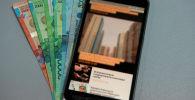 Мобильный телефон и деньги, архивное фото