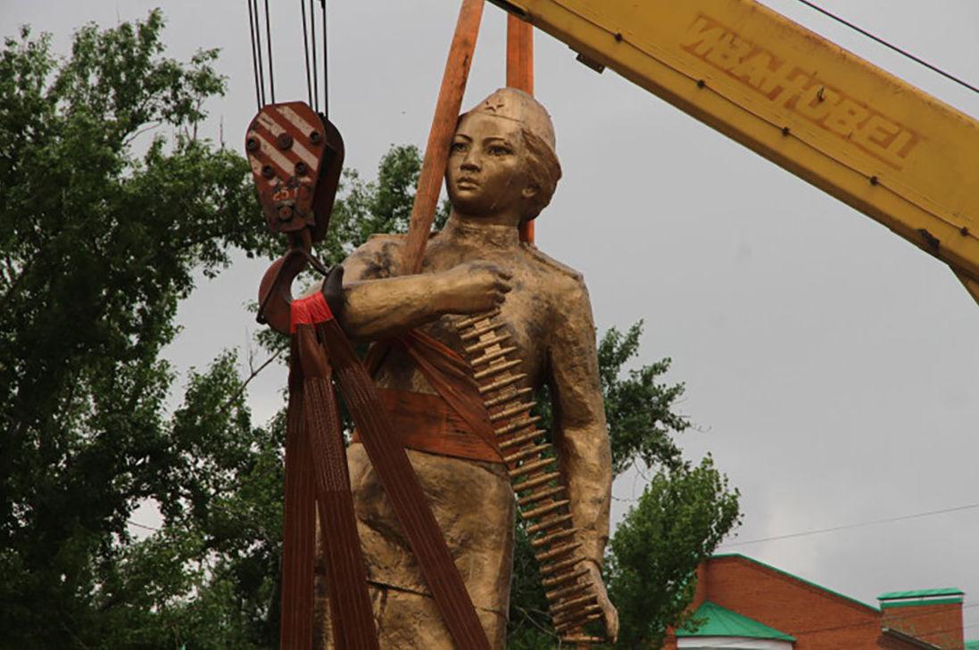 В Уральске во время демонтажа памятника Маметовой найдена записка с именами тех, кто его устанавливал