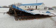 Из-за сильного ветра сорвало кровлю здания в Атырауской области