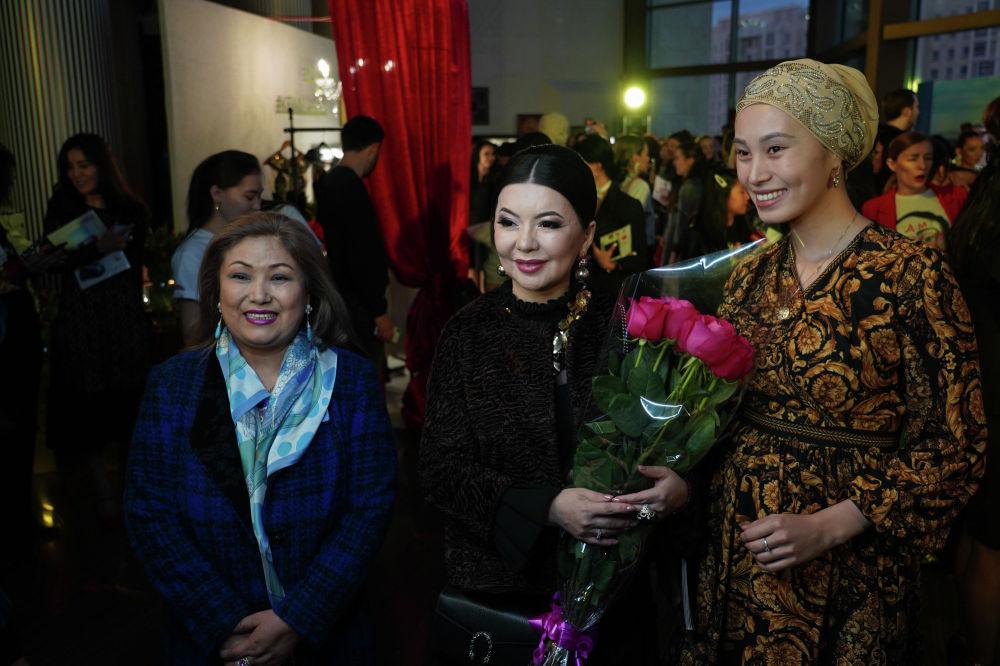 Посмотреть показ,  возможно, прикупить себе наряд пришла казахстанская певица Тамара Асар