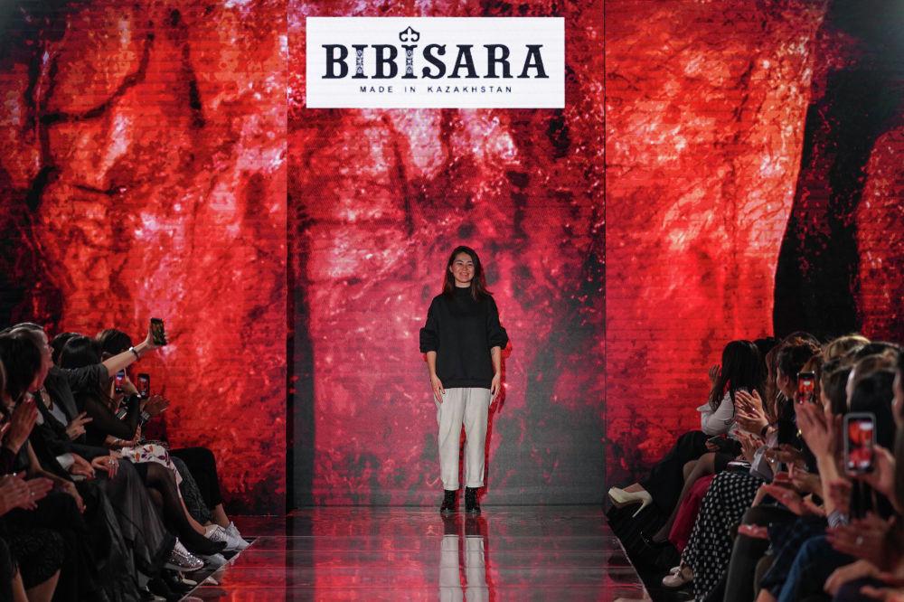 Молодой дизайнер бренда Bibisara после показа своей коллекции вышла на подиум, чтобы поблагодарить гостей показа
