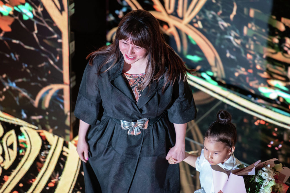 Казахстанский дизайнер Аида Кауменова вышла на подиум с самой юной участницей показа