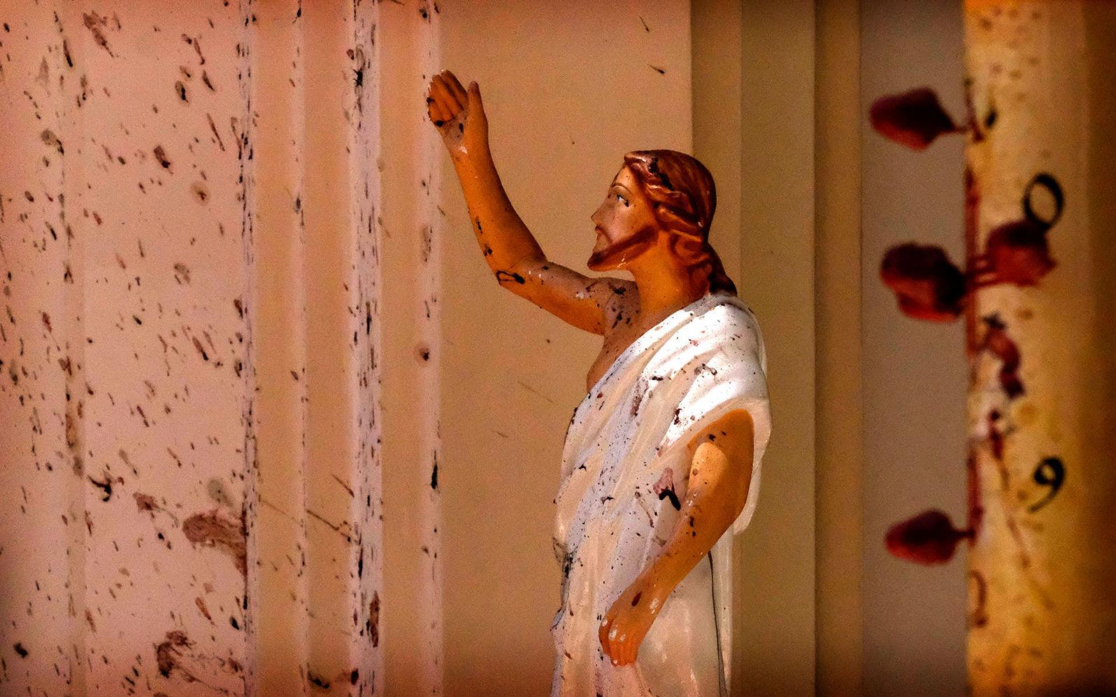Пятна крови на статуе Иисуса Христа в церкви Святого Себастьяна после взрыва в Негомбо, к северу от Коломбо (21 апреля 2019). Шри-Ланка