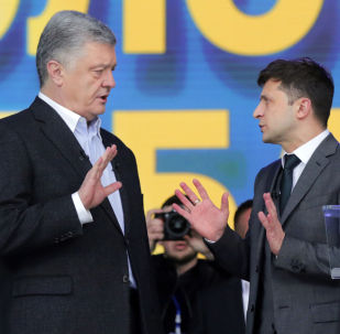 Действующий президент Украины, кандидат в президенты Петр Порошенко (слева на первом плане) и кандидат в президенты от партии Слуга народа Владимир Зеленский