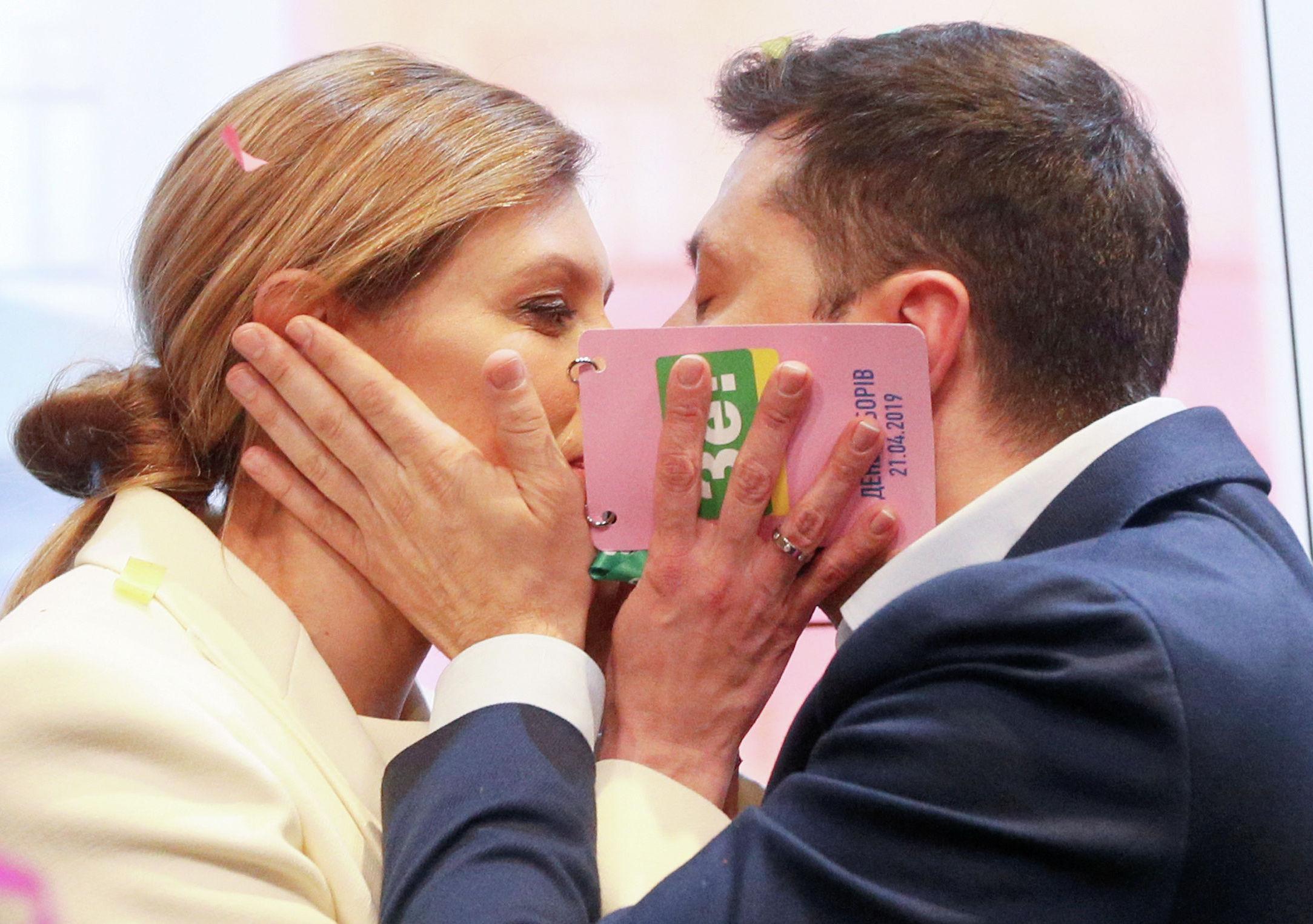 Кандидат в президенты от партии Слуга народа Владимир Зеленский с супругой Еленой