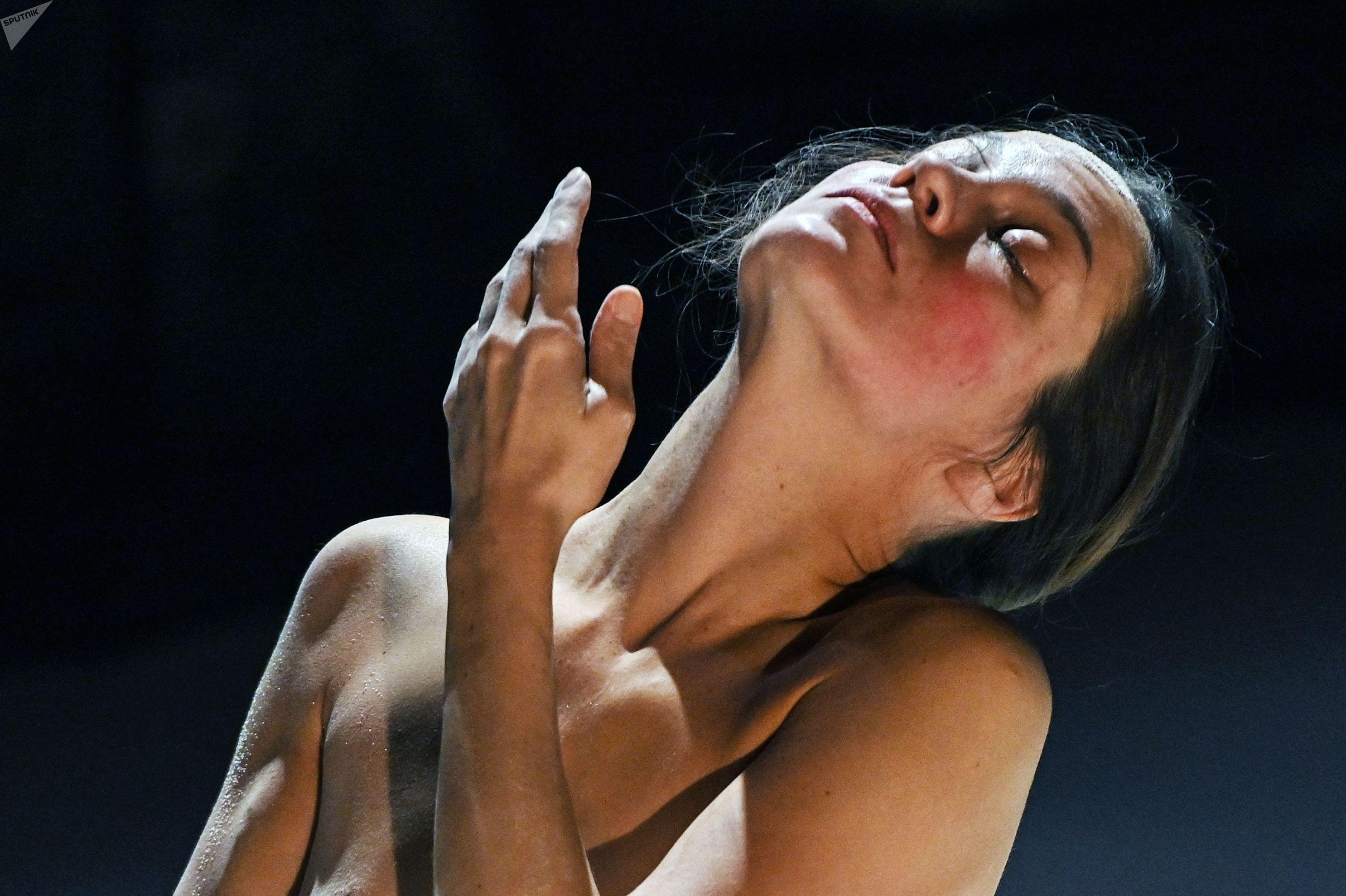 Танцовщица Анна Гарафеева исполняет сольный хореографический перформанс Камилла на сцене общественного центра им. Андрея Сахарова