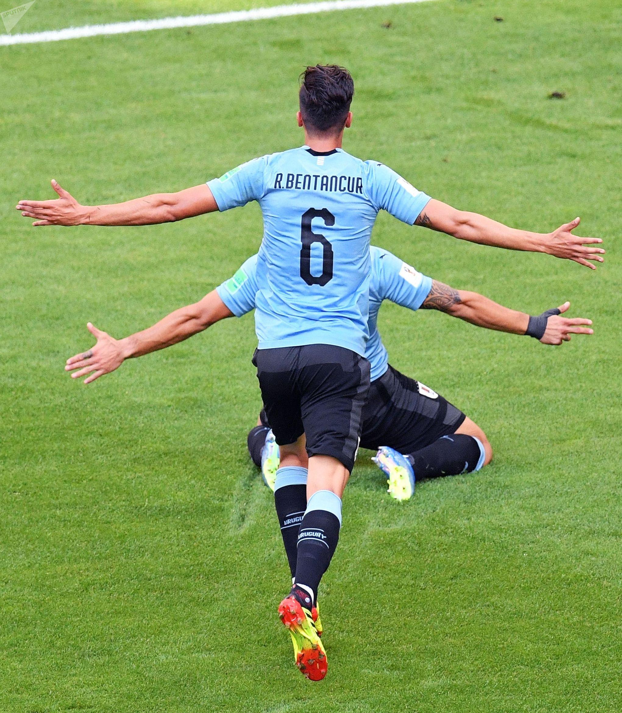 Игроки сборной Уругвая Родриго Бентанкур и Луис Суарес радуются забитому голу в матче группового этапа чемпионата мира по футболу