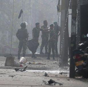 Военные осматривают место взорвавшегося фургона рядом с церковью, которая была атакована вчера в Коломбо, Шри- Ланка, 22 апреля 2019 года